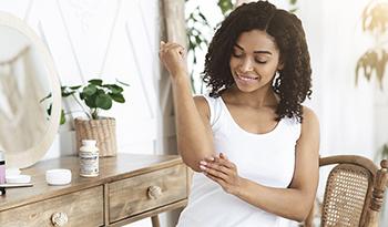 4 طرق طبيعية للتعامل مع الصدفية وفقًا لطبيب علاج طبيعي