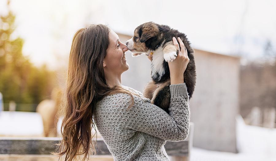 Женщина играет с щенком