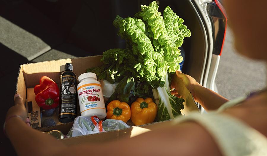 وضع البقالة الصحية مثل الخضروات والفيتامينات وزيت MCT في السيارة