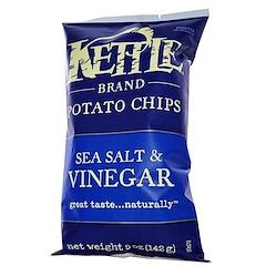 Kettle Foods, رقائق البطاطس، بملح البحر والخل، 5 أونصة (142 جرام)